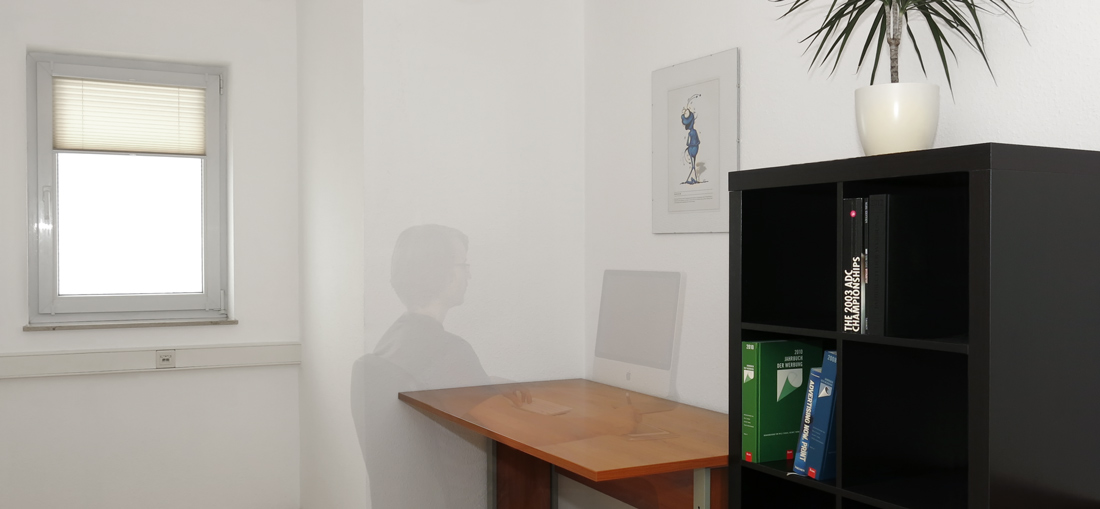 raeume-room2-desk1-with_people